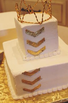 What a fun #firstbirthday cake! We love the gold arrows and crown.