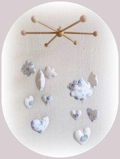 Mobile bois et ses doux nuages blanc et bleu . Tendre et poétique, pour décoration de chambre.. : Jeux, peluches, doudous par kore-and-co