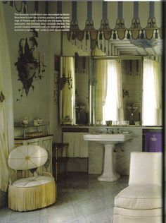 Wallis Simpson, Duchess of Windsor's bathroom. | that chair on the left...