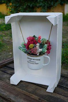kistje neerzetten of ophangen aan de muur en kopje vullen met vogelvoer / vogeltaart // Caja con flores