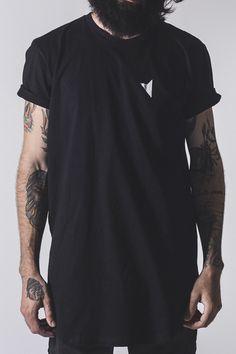 Camiseta Black Straight Longline - Right Here Co. Camiseta Longline Preta com abertura Lateral, Barra Curvada, Camiseta Alongada, Camiseta masculina Alongada.