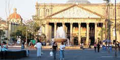 La espectacular fachada del Teatro Degollado en el centro de Guadalajara. /