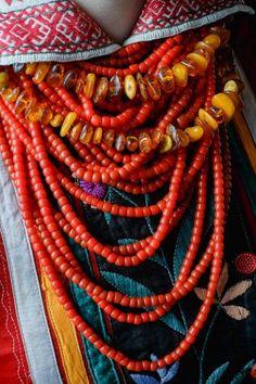 Ukrainian national women's jewelry with coral and amber beads. Українські народні жіночи прикраси з коралами та бурштином. Українське намисто.