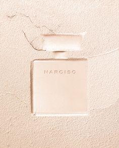 Ein neues Meisterwerk, das die Geheimnisse der Verführung mit den unzähmbaren Kräften der Versuchung in einem Duft verbindet. Ein Rendezvous zwischen samtigem Jasmin, eleganten Hölzern und pudrigem Moschus. Der Nudeton des Glasflakons spiegelt bewusste Weiblichkeit und Sinnlichkeit wider - Ausdruck der Verführung des NARCISO Eau de Parfum Poudrée. Ein Duft mit Suchtfaktor, der Spuren hinterlässt. In Ihrer Parfümerie Harbeck - 8 x in Berlin Wir freuen uns auf Sie x