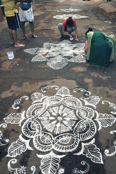 Au Tamil Nadu chaque jour, les femmes dessines des motifs de Kolam avec de la poudre de riz. Visitez l'Inde avec India Someday:www.indiasomeday.fr
