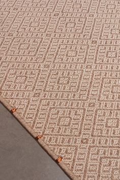Handwoven Casablanca weave rug in natural and white fique fiber & 20% copper threads. #Rugs #MetalRugs #CopperRugs #FiberRugs #Fique #Handmade #Handwoven #Tapetes #TapetesMetalicos Casablanca, Woven Rug, Weave, Hand Weaving, Fiber, Copper, Rugs, Natural, Metal