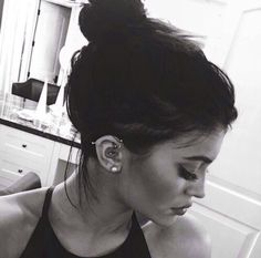 Shared by Kylizzle. Find images and videos about black and white, kylie jenner and piercing on We Heart It - the app to get lost in what you love. Kylie Jenner Twitter, Kylie Jenner 2014, Kyle Jenner, Kylie Jenner Style, Kendall And Kylie, Kardashian Jenner, Kylie Jenner Piercings, Forward Helix Piercing, Lobe Piercing
