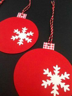 Røde flade julekugler med snekrystal, ternet hank og rød/hvid snor. Retropynt til julen. www.jannielehmann.dk