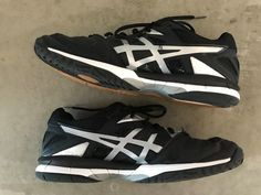 Mens Asics black/silver volleyball shoes size 8.5  B504N