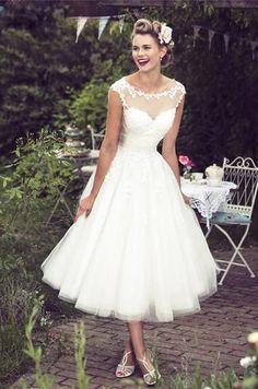 Superleuke korte bruidsjurk van mooi kant met prachtige hals