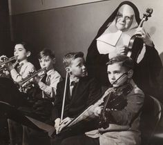 Catholic sister teaching violin to her students Nun Catholic, Roman Catholic, Faith Of Our Fathers, Nuns Habits, Corporate Women, Silly Hats, Sisters Of Mercy, Christian World, Book Of Hours