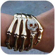 Skull Hand Cuff Gold (110 DKK) ❤ liked on Polyvore featuring jewelry, bracelets, accessories, pulseiras, pics, yellow gold bangle, gold jewelry, gold bangles, handcuff jewelry and yellow gold jewelry