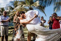 casando na praia Couple Photos, Couples, Outdoor Decor, Wedding On The Beach, Wedding Shot, Places, Couple, Events, Couple Pics