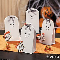 Halloween Party Favor Ideas: Make your own DIY Halloween Favors with these great project ideas. Find ideas for Halloween treat bags for your party or trick-or-treat guests. Dulceros Halloween, Halloween Paper Crafts, Manualidades Halloween, Halloween Favors, Halloween Treat Bags, Candy Crafts, Halloween Goodies, Halloween Projects, Halloween Cards