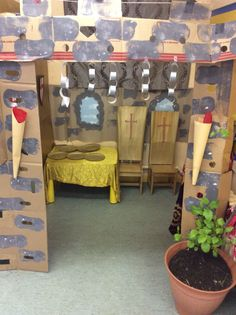 RITTER Castle role play area to go with the fairytale work to help develop writing in Reception Castle Classroom, Year 1 Classroom, Classroom Decor, Fairy Tale Crafts, Fairy Tale Theme, Fairy Tales, Knights And Castles Topic, Chateau Moyen Age, Role Play Areas