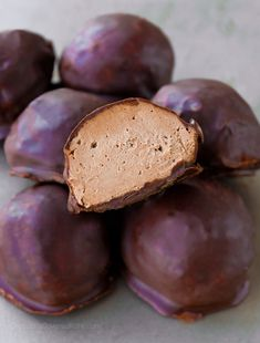 These cream cheese bombs are easy to make and impossible to resist! Cream Cheese Fat Bombs 3 Ingredients Low Carb Sugar Free Gluten Free NO BAKE They melt in… Chocolate Fat Bombs, Sugar Free Chocolate Chips, Healthy Chocolate, Chocolate Recipes, Chocolate Truffles, Cream Cheese Ball, Cream Cheese Fat Bombs, Vegan Cream Cheese, Cheese Bombs
