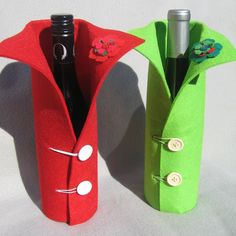 When giving that perfect bottle of wine as a gift, why not finish it off with one of these simple yet effective wine bottle covers. The felt covers are thick with a felt flower decoration stitched onto the collar. Fall Wine Bottles, Wine Bottle Garden, Halloween Wine Bottles, Wine Bottle Wall, Wrapped Wine Bottles, Wine Bottle Gift, Wine Bottle Covers, Christmas Wine Bottles, Wine Bottle Crafts