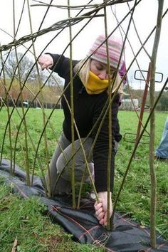 Gardening Autumn - Tried your hand at willow weaving? Here at AG we show you how to create an attractive living screen fence for your garden - With the arrival of rains and falling temperatures autumn is a perfect opportunity to make new plantations Garden Fencing, Garden Art, Home And Garden, Fence Design, Garden Design, Living Willow Fence, Cerca Natural, Gazebo, Pergola