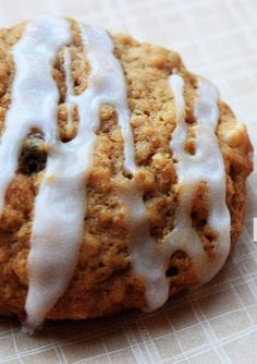 Pumpkin Oatmeal Raisin Cookies - my favorite oatmeal raisin cookie recipe with pumpkin in the batter and a sweet icing drizzle! Cookie Recipes For Kids, Best Cookie Recipes, Pumpkin Recipes, Baking Recipes, Fall Recipes, Köstliche Desserts, Delicious Desserts, Dessert Recipes, Yummy Food