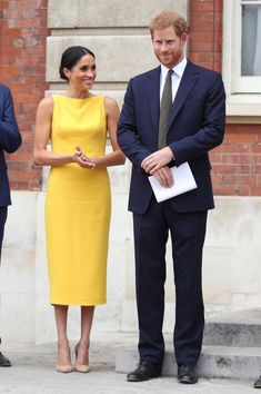 Meghan Markle and Princess Diana share more than Prince Harry in common. Here are five times Meghan Markle dressed exactly like her mother-in-law. Prince Harry Et Meghan, Meghan Markle Prince Harry, Princess Meghan, Harry And Meghan, Estilo Meghan Markle, Meghan Markle Stil, Meghan Markle Dress, Meghan Markle Fashion, Meghan Markle Outfits