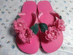 Lindo chinelo decorado em crochê e mini perolas.    Escolha a cor e encomende o seu.