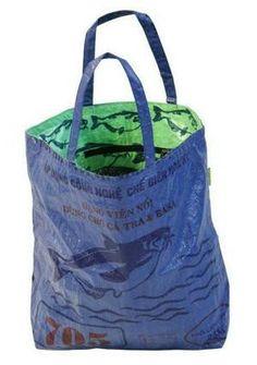 Der Poppins Bag von Collpart in Blau oder Grün. Diese geräumige, super-leichte aber robuste Upcycling Tasche eignet sich für den Strand, den Einkauf, den Garten ...  www.faircustomer.ch/collpart Strand, Super, Social Enterprise, Shopping, Products, Upcycled Crafts, Blue, Taschen