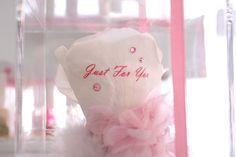 大切な人へバラの花とともに想いを伝える、ロマンティックなプレゼント。