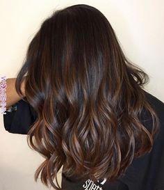 O tom de Canela é perfeito para quem tem o cabelo escuro (NATURAL) e deseja ilu. The shade of Cinnamon is perfect for those who have dark hair (NATURAL) and want to brighten without becoming b Brown Hair Balayage, Brown Blonde Hair, Brown Hair With Highlights, Light Brown Hair, Hair Color Balayage, Brunette Hair Color With Highlights And Lowlights Chocolates, Balayage Hair Brunette Straight, Bayalage, Color Highlights