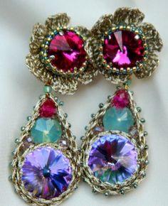 LuMa-lumea bijuteriilor unicat!: -1444- Cercei cristale swarovski rivoli 10, 14 si 18mm, sarma placata cu argint si matase laminata auriu pal, crosetate impreuna, ac argint 925