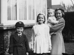 (From left to right) Brian Walls, Jeannette Walls, Maureen Walls, Lori Walls Lori Walls, Jeannette Walls, Memoirs, Childhood, Challenges, Photography, Infancy, Photograph, Fotografie