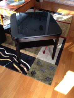 Pöytä valmiina, kaksi lakkapetsikerrosta ja pöytälevyyn 4 käsittelykerrosta ja lasi päälle.