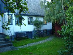Bild på en del av huset från trädgården.