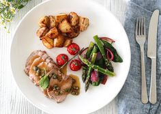 HELSTEKT KALVEFILET MED KAPERSSAUS | TRINES MATBLOGG Meat, Chicken, Dinner, Recipes, Food, Tips, Spinach, Dining, Food Dinners