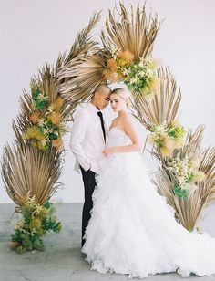 a chic fall wedding arch done with white blooms, greenery and dried palm leaves Cheap Wedding Flowers, Green Wedding Shoes, Floral Wedding, Palm Wedding, Orange Wedding, Top Wedding Trends, Wedding Designs, Wedding Blog, Wedding Ideas