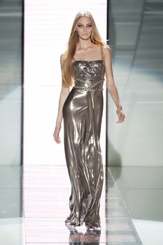 Versace was at its most sultry when a liquid gold gown walked the Fall 2007 runway. Couture Fashion, Fashion Show, Versace Fashion, Versace Versace, Runway Fashion, Women's Fashion, Beautiful Gowns, Beautiful Outfits, Tanya Dziahileva