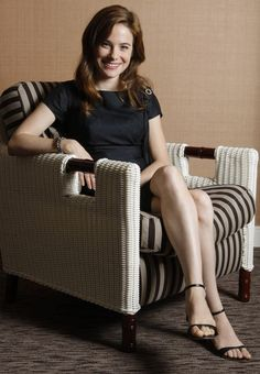 Caroline Dhavernas is a Canadian actress known for De père en flic, Wonderfalls, Blue Moon, Off the Map, Mary Kills People as Dr. Alana Bloom in Hannibal. Caroline Dhavernas, Canadian Actresses, Celebs, Celebrities, Celebrity Feet, Blue Moon, Sexy Feet, Womens Fashion, Beautiful