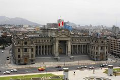 vista del palacio de justicia en Lima- Peru desde el hotel sheraton Puerto Rico, Peru, Louvre, Street View, California, How To Plan, Architecture, Building, Travel