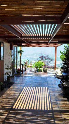 Bambusstangen als Terrassendach und Lichtspiel