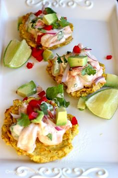 These traditional Patacones topped with a delicious shrimp and avocado salad are very easy to prepare and ideal to serve as a delicious snack at any time of the Boricua Recipes, Cuban Recipes, Columbian Recipes, Yummy Snacks, Yummy Food, Sushi, Venezuelan Food, Colombian Food, Weird Food