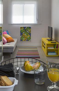 Apartamento de 58 m² com decoração pop e colorida   CASA CLAUDIA Exterior Design, Interior And Exterior, Mid-century Modern, Contemporary, Small Spaces, Living Room, Kitchen, Home Decor, House Tours