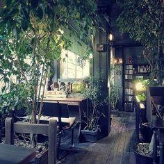 古着や雑貨のお店で溢れる高円寺の、とあるビル。その2階にひっそりとあるカフェ。それが「アール座読書館」です。
