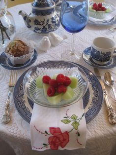 spring tablescape.  The Blue Willow pattern that I gave my sister as a wedding present.  Love it ... ;-)