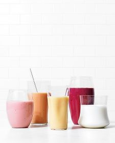 These two-ingredient refreshers couldn't be easier -- or more satisfying. They're a great way to use up leftover buttermilk from a baking project. Some of our favorite flavors: strawberry, peach, mango, blackberry, and coconut. Shake Recipes, Smoothie Recipes, Smoothies, Stop Overeating, Non Alcoholic, Beverages, Drinks, Clean Eating, Strawberry