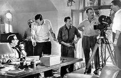 """1959. Esce un cortometraggio per la regia di Jean-François Hauduroy. Titolo Simenon. E' una produzione elevetica interpretata proprio da Georges Simenon, nella parte di sè stesso, da Michel Simon, voce fuori campo dell'attore Paul Meurisse, sceneggiatura dello stesso regista e colonna sonora di Philippe Arthuys. Una piccola produzione, e non conosciuta dai più, che fu presentata al Festival di Locarno del 1960, nella sezione """"Cortometraggi in concorso"""". E' una performance che per lo più i…"""