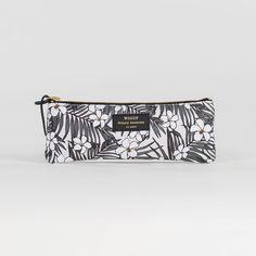 Trousse Monoï - Woouf - Monoï, Flamingo ou Jungle… Un parfum d'exotisme vient habiller la collection de pochettes et de trousses designées par Woouf ! Véritables accessoires de style, ils multiplient les motifs en all-over pour un effet visuel résolument tendance qui vous accompagne partout.