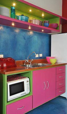Uma explosão de cores fortes e bem coordenadas dominam a pequena cozinha da casa da arquiteta Adriana Yazbek, na Lapa, em São Paulo