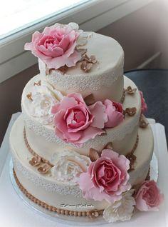 Hääkakku vaaleanpunaisin pionein ja veigein yksityiskohdin  Wedding Cake with…
