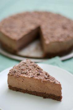 Torta mousse ai due cioccolati, con una base di pan di spagna al cacao e una mousse di cioccolato al latte e cioccolato fondente