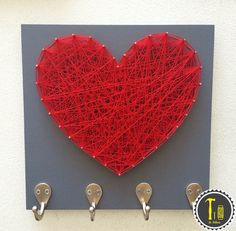 Cuadro y perchero corazon, #lahileria #corazon #heart #hilo #home #decor #decoracion #original #perchero #holder #gift #string art #hilorama https://www.pinterest.com/hileria/