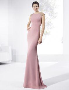 Vestido de fiesta largo de crep color rosa con escote de espalda en V.